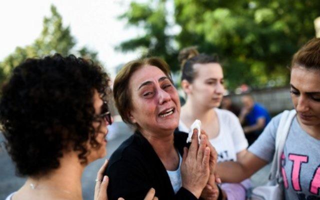 La mère d'une victime tuée dans l'attentat de l'aéroport Atatürk d'Istanbul, à Istanbul, le 29 juin 2016. (Crédits : AFP / Bulent Kilic)