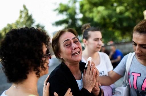 La mère d'une victime tuée dans l'attentat de l'aéroport Atatürk d'Istanbul, à Istanbul, le 29 juin 2016. (Crédit : AFP/Bulent Kilic)