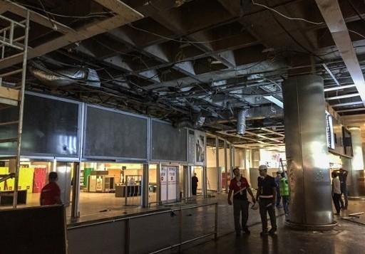 Des employés évaluent les dommages des explosions et des attentats au terminal des arrivées internationales de l'aéroport international Atatürk d'Istanbul, le 29 juin 2016. (Crédit : AFP/Ozan Kose)