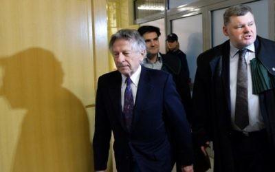 Le réalisateur Roman Polanski accompagné de ses avocats avant une audience devant le tribunal de Cracovie, le 25 février 2015. (Crédit : Janek Skarzynski/AFP)