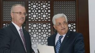 Le président de l'Autorité palestinienne Mahmoud Abbas (à droite) et son Premier ministre, Rami Hamdallah, à Ramallah, en Cisjordanie. (Crédit : AFP/PPO/HO)