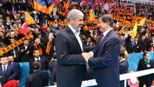 Khaled Meshaal (à gauche) et le Premier ministre turc d'alors Ahmet Davutoglu. Photographie publiée le 27 décembre 2014 par le bureau du Premier ministre turc. (Crédit : AFP PHOTO/HO/PMO/HAKAN GOKTEPE)