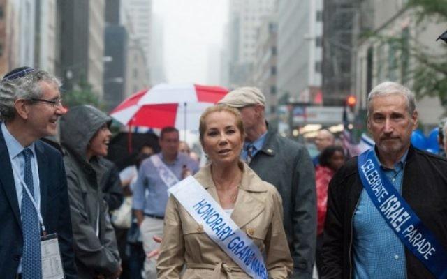 Parade annuelle de célébration d'Israël sous la pluie à New York, le 5 juin 2016. (Crédit : Stephanie Keith/Getty Images/AFP)