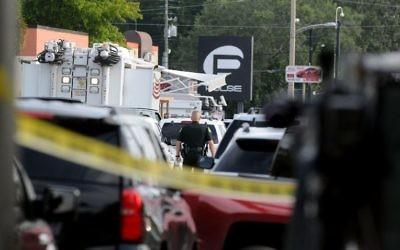 Des officiers de police à Orlando à l'extérieur de la discothèque du Pulse après une  prise d'otages et une fusillade, le 12 juin 2016 en Floride. (Crédit : Gerardo Mora / Getty Images / AFP)