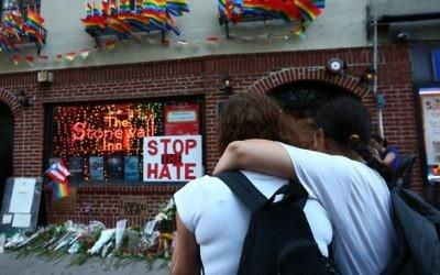 Hommage aux victimes de la fusillade terroriste d'Orlando, devant le Stonewall Inn de New York, le 12 juin 2016. (Crédit : Monika Graff/Getty Images/AFP)
