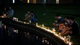 Hommage aux victimes de la fusillade terroriste d'Orlando au bord du lac Eola, à Orlando, le 12 juin 2016. (Crédit : Drew Angerer/Getty Images/AFP)