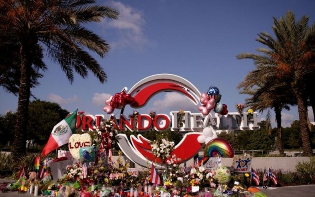 Un mémorial de fortune pour les victimes de la fusillade de la boîte de nuit Pulse à proximité du centre médical régional d'Orlando  en Floride, le 15 juin 2016. (Crédit photo: Drew Angerer / Getty Images / AFP)