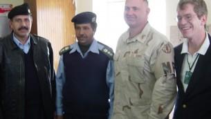 Robert Silverman (à droite) pose avec des officiers de police de Samarra en Irak, le 17 décembre 2003. (Crédit : autorisation American Foreign Service Association)