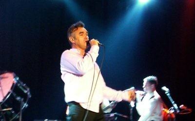 Le chanteur Morrissey lors d'un concert au festival SXSW d'Austin, Etats-Unis, en mars 2006. (Crédits : Wiki Commons)