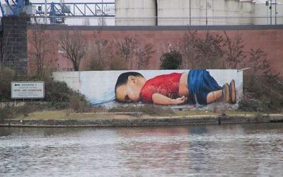 La fresque réalisée par deux artistes allemands et représentant Aylan Kurdi, enfant de trois ans mort noyé en Méditerranée. (Crédits : Frank C. Müller/WikiCommons)