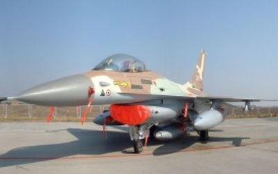 Le F-16A Netz 243 de l''Armée de l'Air israélienne piloté par le colonel Ilan Ramon dans l'Opération Opéra de bombardement du réacteur nucléaire de Saddam Hussein à Osirak en 1981 (KGyST / Wikipedia)