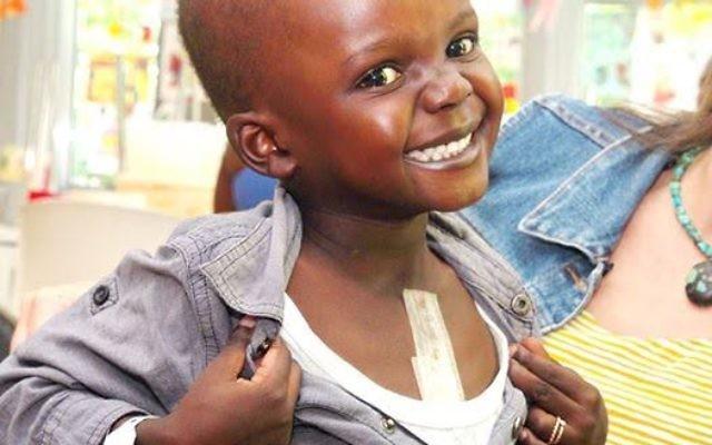 Sanusey, 4 ans et originaire de Gambie, se remet d'une opération vitale au coeur au Centre médical Wolfson  à Holon, en Israël. (Crédit : autorisation Save a Child's Heart)