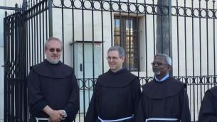 Le père Francesco Patton (au centre), nouveau Custode de Terre Sainte, à Jaffa, le 11 juin 2016. (Crédit : Héloïse Fayet/Times of Israel)
