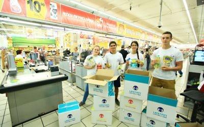 Des volontaires de l'ONG Latet lors d'une banque alimentaire pour Pessah, en 2015. (Crédits : Latet)