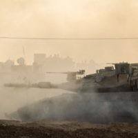 Un tank israélien dans la bande de Gaza pendant l'opération Bordure protectrice, le 31 juillet 2014. (Crédit : unité des portes-paroles de l'armée israélienne)