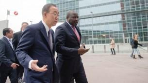 Le Dr. Lassina Zerbo, secrétaire exécutif de l'Organisation du traité d'interdiction complète des essais nucléaires (à droite) marche avec le Secrétaire général des Nations unies, Ban Ki-Moon le 6 novembre 2014 (Crédit : CTBTO/Flickr)