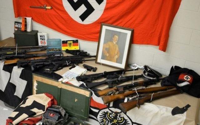 Armes et accessoires nazis saisis à Mount Sinai, dans l'état de New York, dans la maison d'Edward et Sean Perkowski, le 16 juin 2016. (Crédit : département de police de Suffolk County)