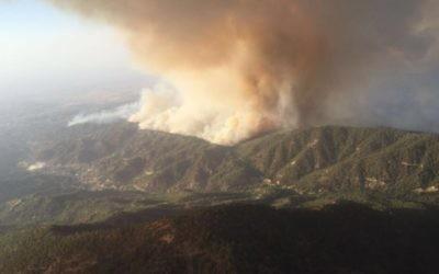 L'incendie fait rage près du village chypriote d'Argaka, dans la région Paphos, vu depuis un avion anti-incendie de l'armée israélienne, en juin 2016. (Crédit : porte-parole de l'armée israélienne)