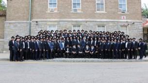 Les diplômés du séminaire rabbinique du Habad à leur cérémonie d'ordination à Morristown, le 26 juin 2016. (Crédit : Chabad.org via JTA)