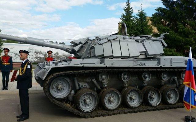 Le tank de l'armée israélienne capturé en 1982 rendu par la Russie, le 8 juin 2016, (Crédit : Raphael Ahren/Times of Israel)