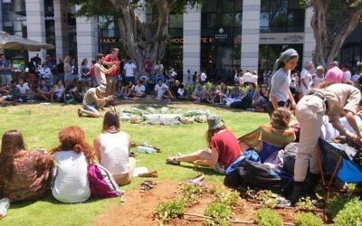 Des adolescents membres d'un programme de pré-armée ont mis en place un mémorial improvisé pour les victimes de l'attaque terroriste de la veille au café Max Brenner, au marché Sarona, dans le centre de Tel Aviv, le 9 juin 2016 (Crédit : Ricky Ben-David/Times of Israel)