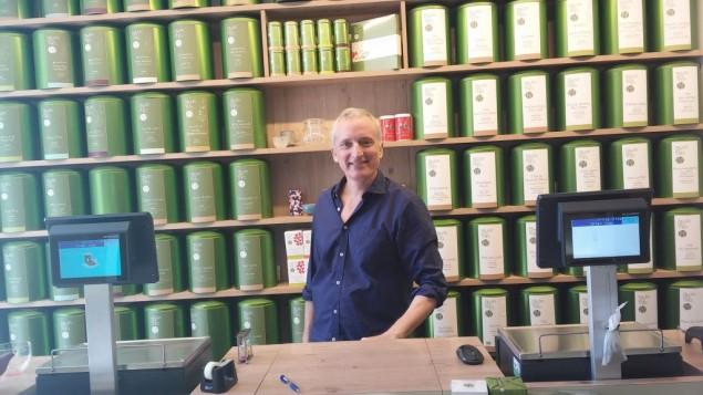 Charles Peguine dans son magasin de thé, près du site de l'attaque terroriste, le 9 juin 2016 (Crédit : Simona Weinglass/Times of Israel)