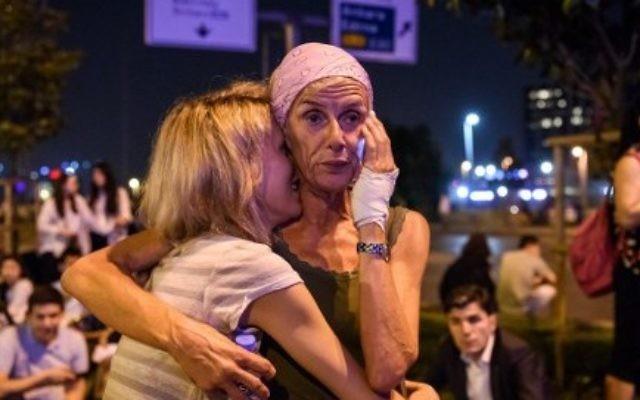 Des passagers devant l'entrée principale de l'aéroport Atatürk d'Istanbul, après un triple attentat suicide qui a tué 36 personnes et en a blessé 147, le 28 juin 2016. (Crédit : AFP/Ozan Kose)