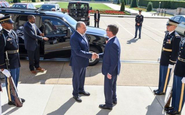 Le ministre de la Défense Avigdor Liberman (à gauche) avec le secrétaire à la Défense des Etats-Unis Ashton Carter à Washington, DC, le 20 juin 2016. (Crédit : département de la Défense des Etats-Unis/ sergent de première classe Clydell Kinchen de l'armée américaine)