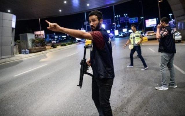 Un policier turc devant l'entrée principale de l'aéroport Atatürk d'Istanbul, après un triple attentat suicide qui a tué 36 personnes et en a blessé 147, le 28 juin 2016. (Crédit : AFP/Ozan Kose)