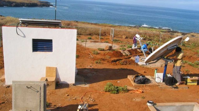 Des ouvriers mettent en place une installation de l'Organisation du traité d'interdiction complète des essais nucléaires pour surveiller l'acoustique aquatique sur l'Île Socorro, au Mexique, le 13 août 2009 (Crédit : CTBTO/Flickr)