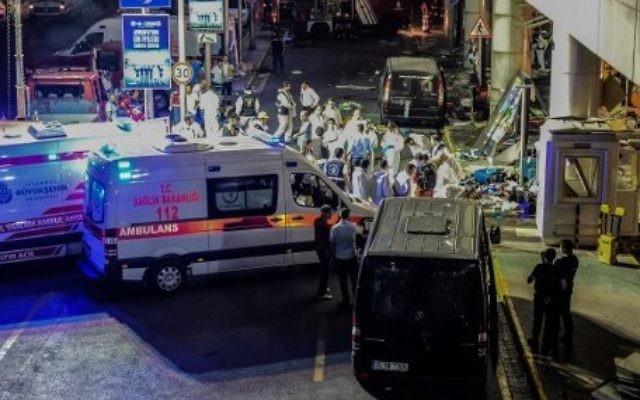 La police scientifique à l'aéroport Atatürk d'Istanbul, après un triple attentat suicide qui a tué 36 personnes et en a blessé 147, le 28 juin 2016. (Crédit : AFP/Ozan Kose)