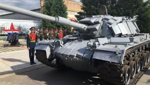 Des soldats russes pendant une cérémonie officielle de retour d'un tank de l'armée israélienne capturé en juin 1982 pendant la Première guerre du Liban, à Moscou, le 8 juin 2016. (Crédit : GPO)