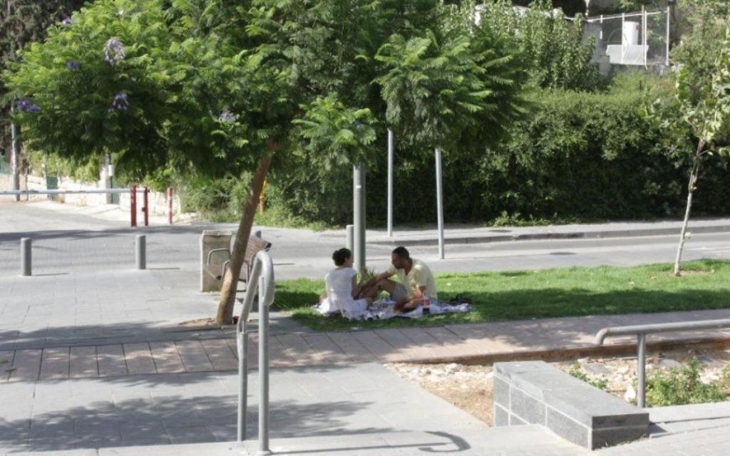 Le parc Hamesila a été construit sur des voies de chemins de fer en direction de Jérusalem (Crédit : Shmuel Bar-Am)