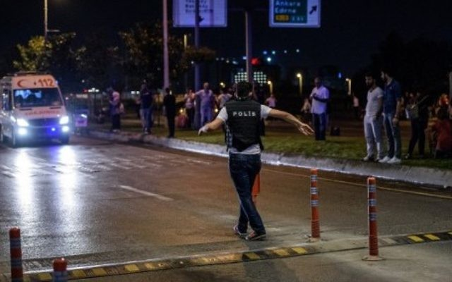 Un policier turc installe un périmètre de sécurité devant l'aéroport Atatürk d'Istanbul, après un triple attentat suicide qui a tué 36 personnes et en a blessé 147, le 28 juin 2016. (Crédit : AFP/Ozan Kose)