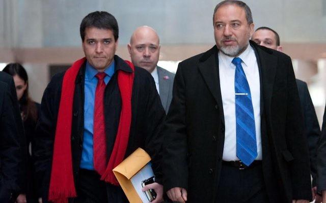 Avigdor Liberman, à droite, avec son chef de cabinet, Sharon Shalom (Crédit : ministère de la Défense)