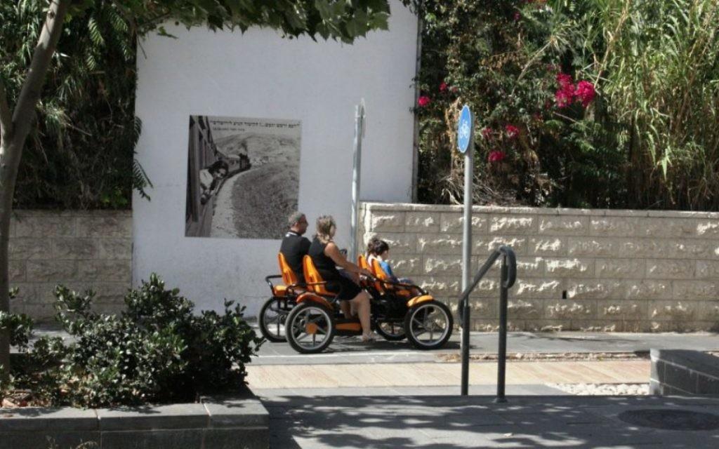 Le parc Hamesila est idéal pour les balades en vélo, les poussettes ou les fauteuils roulant (Crédit : Shmuel Bar-Am)