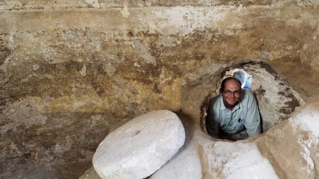 Avraham Tendler, directeur des fouilles, dans un refuge caché qui était connecté à un mikvé pendant la révolte de Bar Kochba. (Crédit : Assaf Peretz/Autorité israélienne des Antiquités)