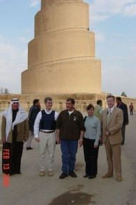 Robert Silverman (2ème à gauche) pose devant la Grande Mosquée de Samarra, à environ 125 kilomètres au nord de Bagdad, le 13 février 2014 (Crédit : autorisation American Foreign Service Association)