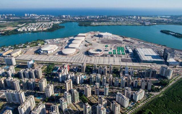 Une vue aérienne du parc olympique de Rio 2016 au cours de sa construction (Crédit : Gabriel Heusi/Brasil2016.gov.br/via JTA)