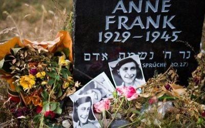 Pierre de commémoration pour Anne Frank et sa sœur Margot, dans l'ancien camp de prisonniers et de concentration de Bergen Belsen, à Bergen, nord d'Hanovre, dans le centre de l'Allemagne, le 21 juin 2015. (Crédits : AFP / Nigel Treblin)