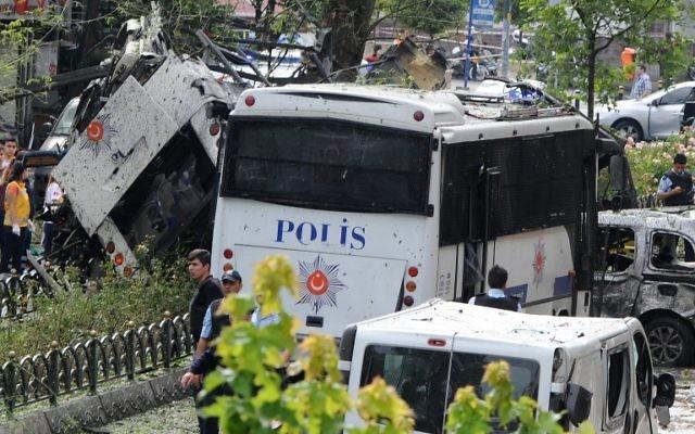 Des officiers de police et des secouristes inspectent le lieu de l'attentat à la bombe qui visait un car de police, dans le quartier de Vezneciler à Istanbul, le 7 juin 2016. ( Crédits : AFP / DOGAN NEWS AGENCY / STRINGER)