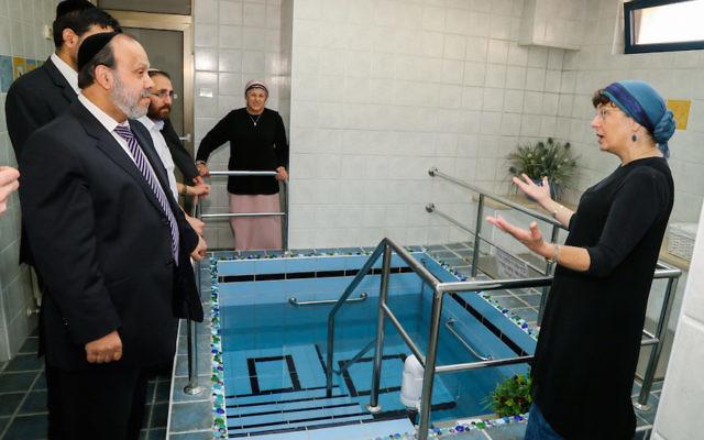 Le ministre des Services religieux David Azulay visite un mikvé de luxe dans l'implantation israélienne d'Alon Shvut, le 25 août 2015 (Crédit : Gershon Elinson/Flash90)