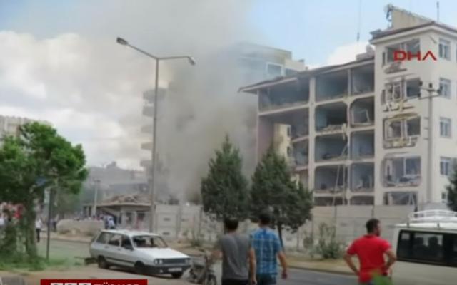 Le siège de la police à Midyat, au sud-est de la Turquie, soufflé par un attentat à la voiture piégée, le 8 juin 2016. (Crédits : capture d'écran YouTube / BBC Turquie)
