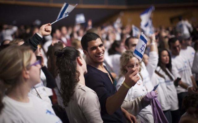 De jeunes adultes juifs venus du monde entier participant au programme Taglit Birthright célèbrent les 10 ans du programme lors d'un événement au Centre de conférence international à Jérusalem (Crédit : Yonatan Sindel/Flash90)