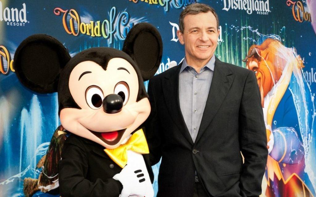 Le PDG de Disney Bob Iger à la première du Monde des couleurs dans le Parc aventure de Disney California (Crédit : Josh Hallett, CC-BY-SA)