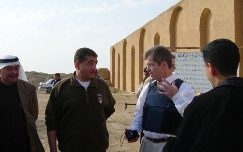 Robert Silverman (deuxième à droite) a passé plusieurs années à l'étranger dans les points chauds tels que l'Irak et l'Arabie Saoudite. (Crédit : autorisation)