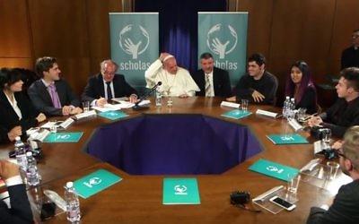 Rencontre organisée par YouTube et l'Académie pontificale Scholas Occurrentes au Vatican entre le pape François et plusieurs musiciens de différents pays, le 30 mai 2016. (Crédit : capture d'écran YouTube/Anna RF)