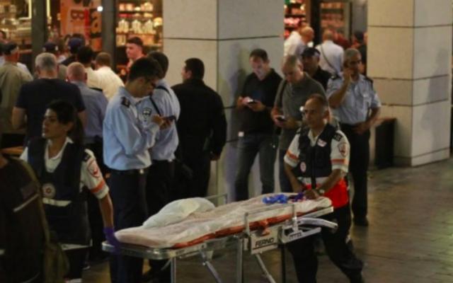 Le marché Sarona après une fusillade le 8 juin 2016 (Crédit : Judah Ari Gross/Times of Israel)