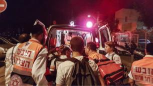 Une ambulance sur les lieux de l'attaque terroriste au Sarona, le 8 juin 2016 (Crédit : Judah Ari Gross/Times of Israel)