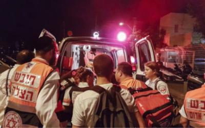 Une ambulance sur les lieux de l'attaque terroriste du marché Sarona, le 8 juin 2016. (Crédit : Judah Ari Gross/Times of Israel)